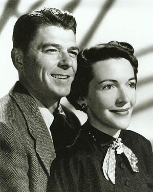 Engagement_photograph_of_Ronald_Reagan_and_Nancy_Davis_1952