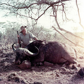 Ernest_Hemingway_poses_with_water_buffalo_Africa_1953_pd