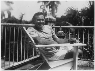 Ernest_Hemingway_at_the_Finca_Vigia_Cuba_1946_-_NARA_-_192660.jpg